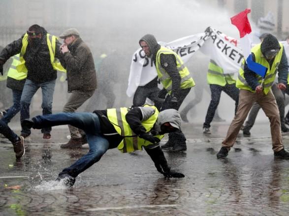 """Премьер Франции отложил визит в Гайану из-за протестов """"желтых жилетов"""""""