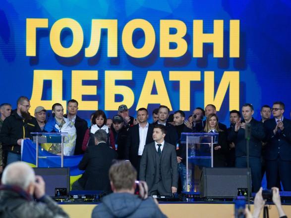 Порошенко и Зеленский стали на колени во время дебатов