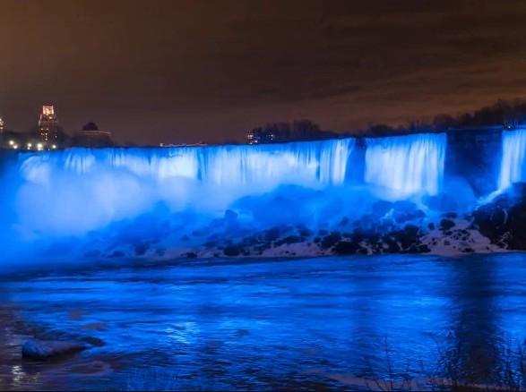 Ниагарский водопад загорелся синим цветом в честь рождения сына у принца Гарри и герцогини Меган