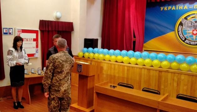 Начальник ГУР МО Украины вручил разведчикам ордера на служебное жилье