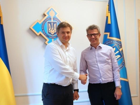 """Данилюк обсудил с министром обороны Великобритании необходимость прогресса в """"минском процессе"""""""