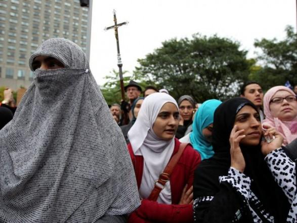 Власти Квебека приняли закон о запрете религиозных атрибутов одежды