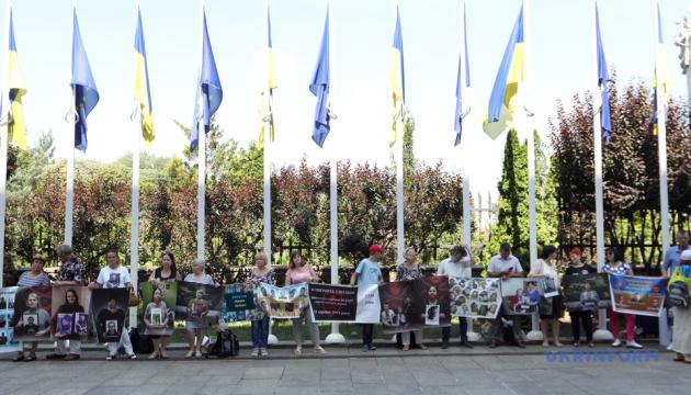 """На Банковой родственники военных проводят акцию """"Свободу узникам войны"""""""