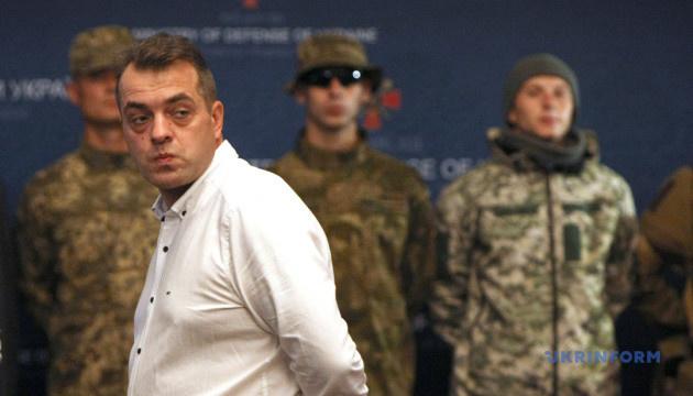 Бирюков заявляет, что Минобороны не сможет покупать каски и бронежилеты из-за обысков