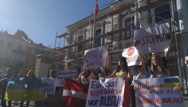 В Киеве пикетируют Посольство Австрии из-за возвращения делегации РФ в ПАСЕ