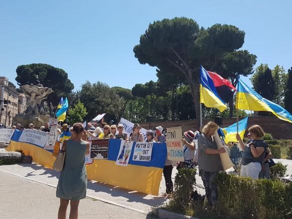 В Риме протестуют с украинскими флагами из-за визита Путина