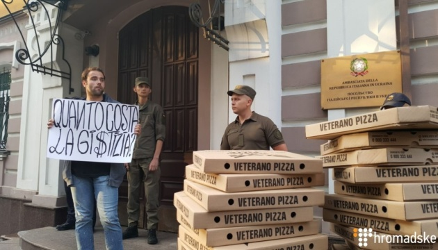 В Киеве возле посольства Италии требуют освободить нацгвардейца Маркива