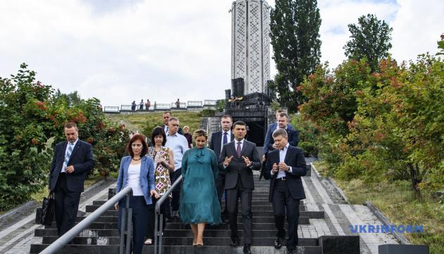 Гройсман проверил, как достраивают Мемориал жертв Голодомора