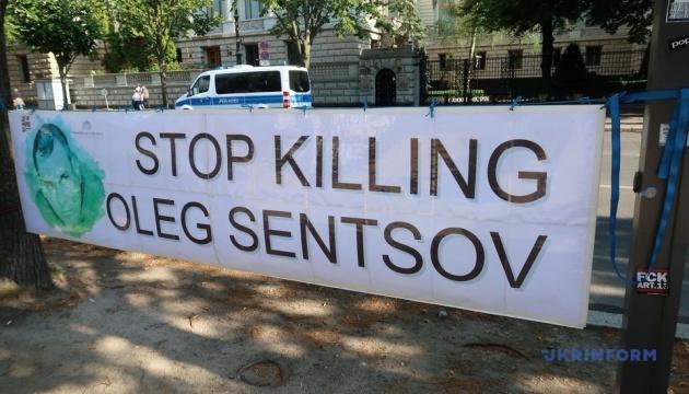 День рождения Сенцова в Берлине отметили художественной акцией протеста