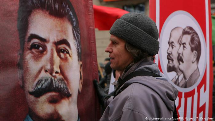 Портрет Сталина на майской демонстрации в Новосибирске (фото из архива)