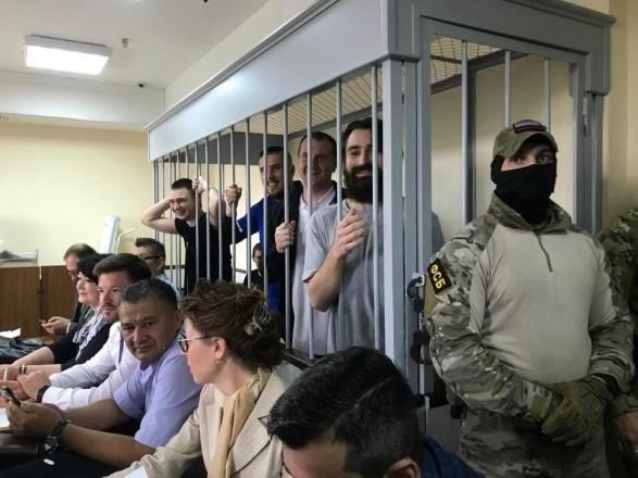 Суд в РФ оставил под стражей еще семерых украинских моряков