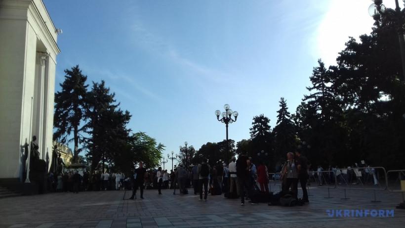 В очереди возле Рады собрались около сотни журналистов