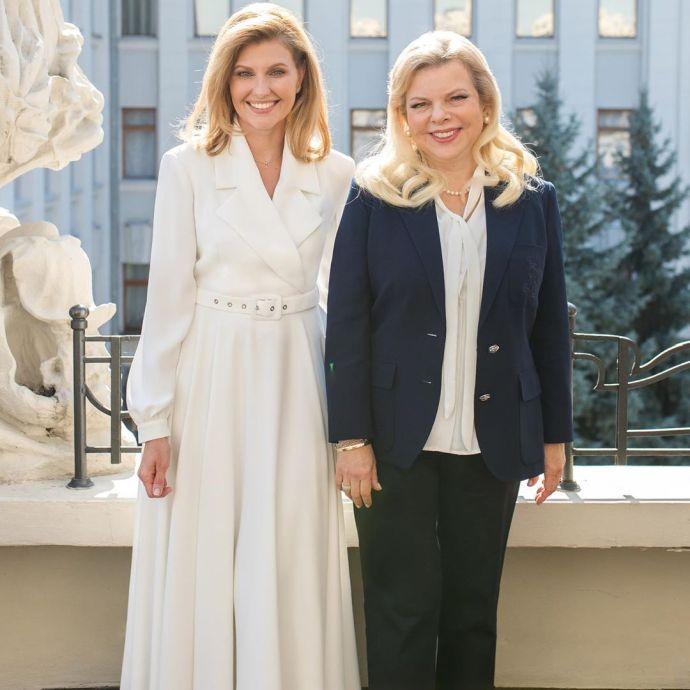 Теплый разговор о важном: первая леди и Сара Нетаньягу прогулялись Домом с химерами