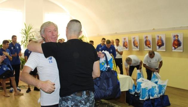 """Освобожденных моряков проведали футболисты """"Динамо"""""""