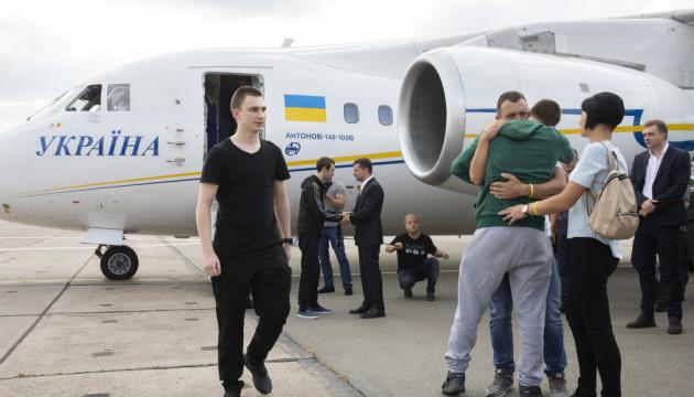 Премьер поздравил освобожденных украинцев с возвращением
