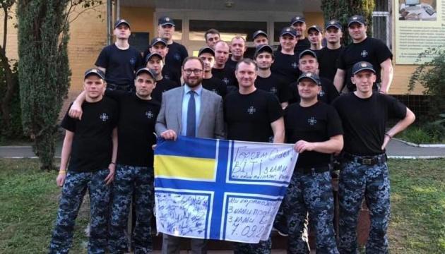 Освобожденные украинские моряки собрали деньги для осужденного российского волонтера
