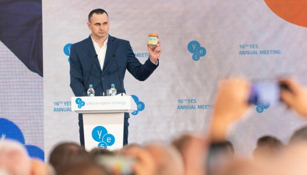 Сенцов на YES показал предмет, который раздражал российских тюремщиков все 5 лет