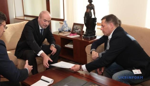 Сущенко передал письмо Макрону