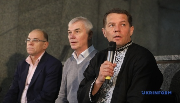 Сущенко передал в музей тюремную робу, письма и репродукции своих картин