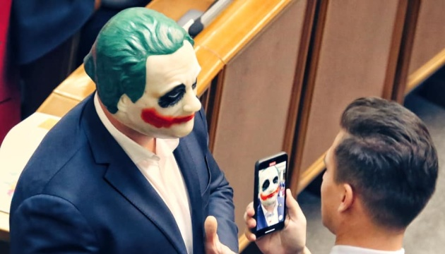 Кива в маске Джокера вышел к трибуне ВР