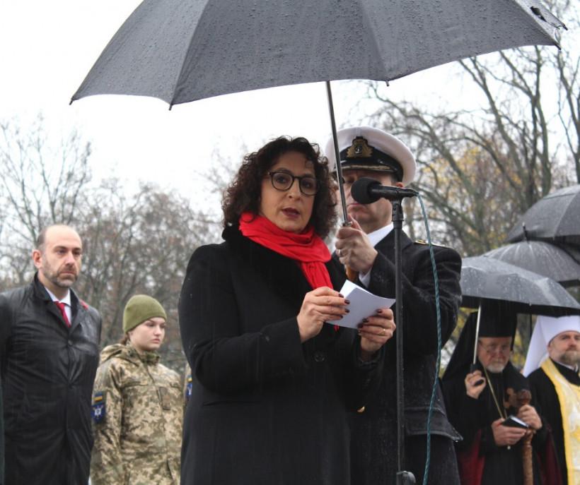 Иностранные дипломаты и украинские военные возложили цветы в Парке вечной славы