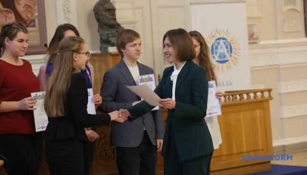 Президентские стипендии получили 270 лучших учеников и студентов