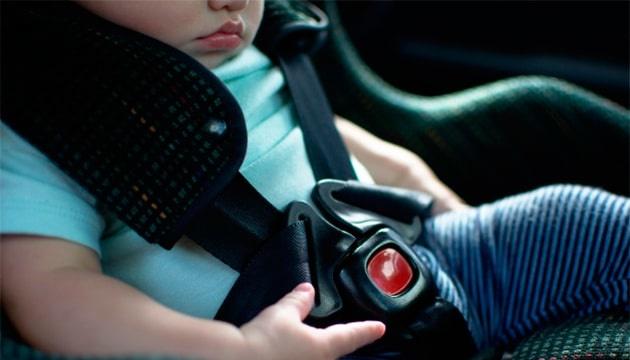 С завтрашнего дня водителей начнут штрафовать за перевозку детей без автокресла