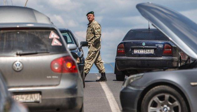 """Украинцам посоветовали, как не """"застрять"""" в очередях на границе"""