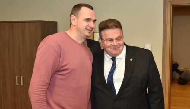 Линкявичюс встретился с Сенцовым на форуме в Вильнюсе