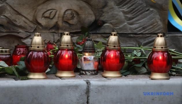 На Аллее Героев Небесной сотни в Киеве - вечерний поминальный молебен