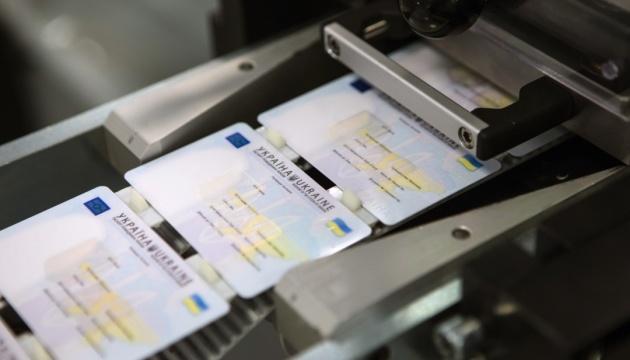 В Украине разрешили фото на паспорт в головном уборе