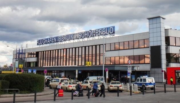 Украинцам, застрявшим в аэропорту Берлина, переоформили билеты на завтра — посольство