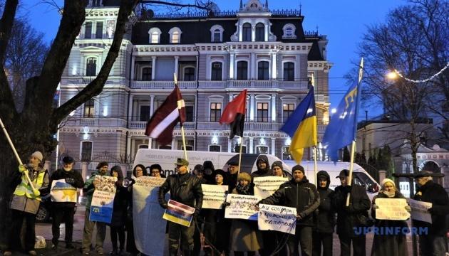 Под посольством РФ в Риге активисты требовали освобождения украинских политзаключенных