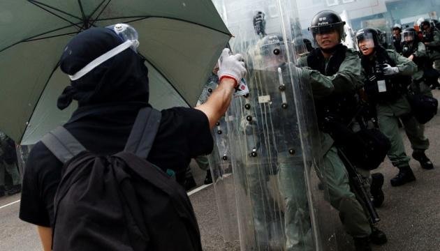 Посольство выясняет, задерживали ли украинцев в Гонконге