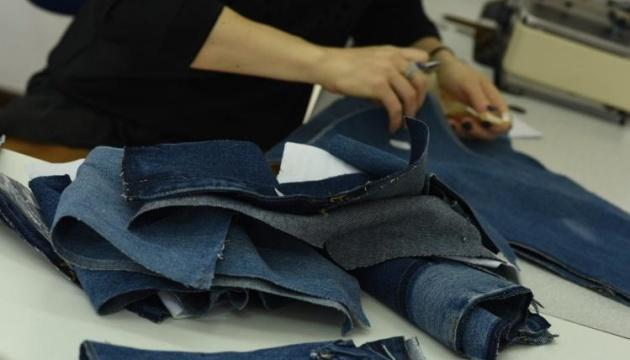 На платье идет пять старых пиджаков, а перешитые джинсы стоят $400