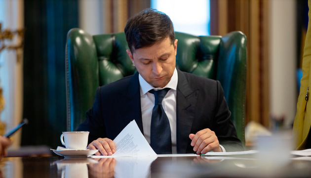 Зеленский подписал закон о выдаче документов гражданам из зоны ООС