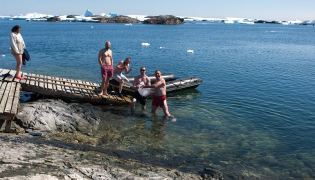 Полярники со станции Вернадского отметили Крещение купанием в бухте