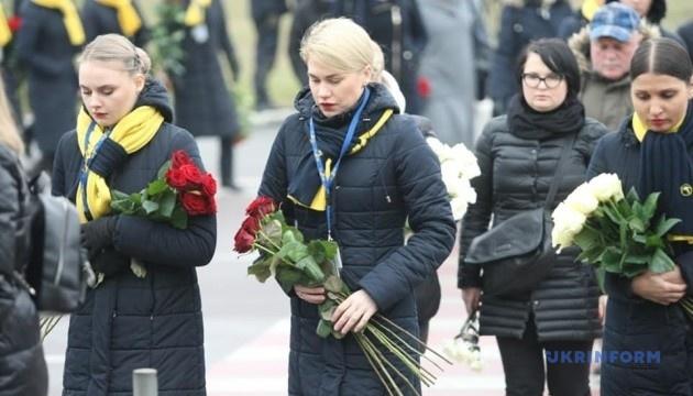 Кортеж с телами погибших в авиакатастрофе возле терминала В встречает много людей с цветами
