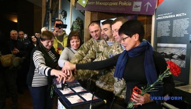 """С участием """"киборгов"""" погасили марку в честь защитников Донецкого аэропорта"""