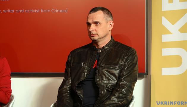 Сенцов призывает стать донорами для раненых бойцов ООС