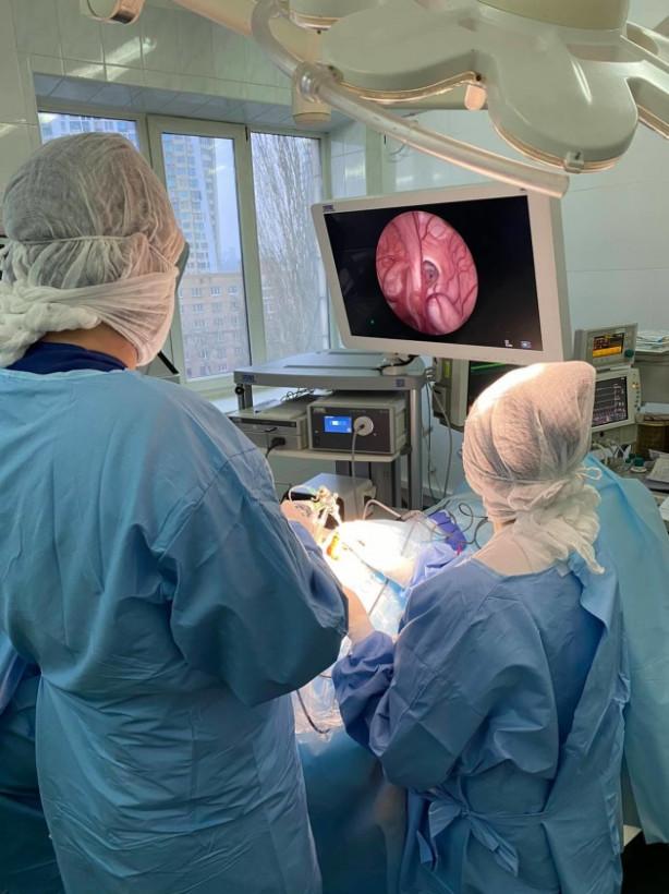 В Охматдете провели первую операцию с использованием новейшего эндоскопа