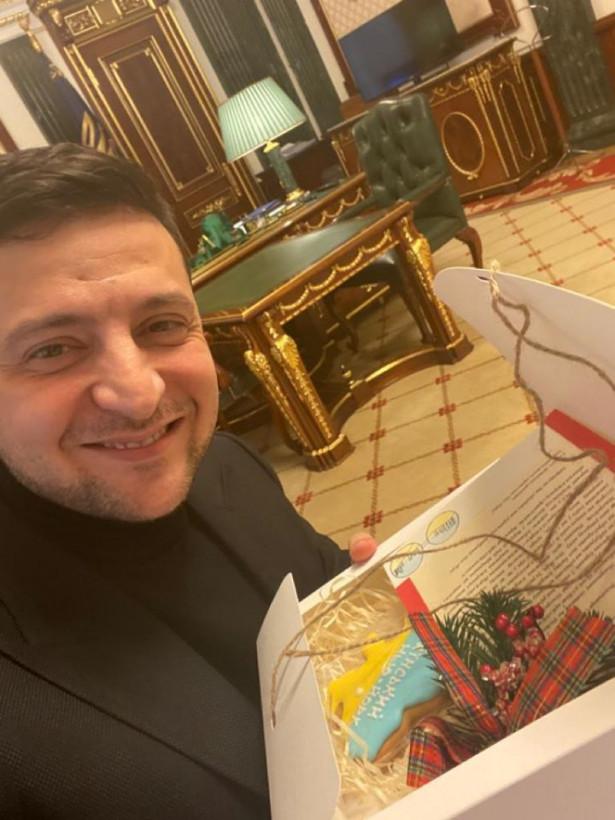 Дети с Донетчины подарили Зеленскому рождественский пряник в форме карты Украины