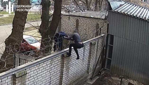 ГБР показало, как ексдепутат через забор проникла на территорию ведомства