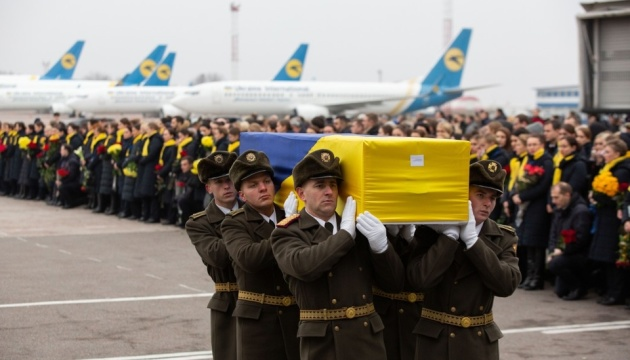 """Прощание с жертвами авиакатастрофы продлится в """"Борисполе"""" до 19 часов"""