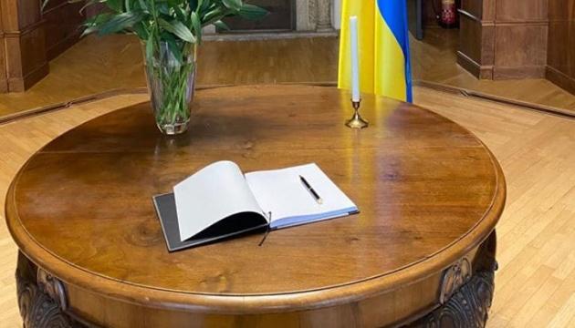 В посольстве Украины в Вене открыли книгу скорби в связи с катастрофой самолета