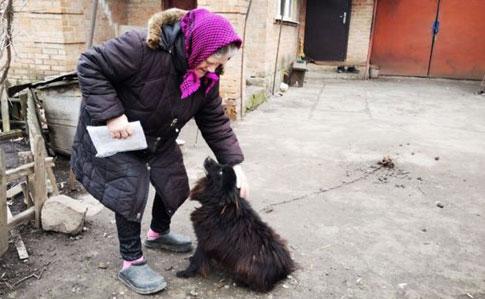 Пенсионерка Любовь Павловна со своим Шариком.