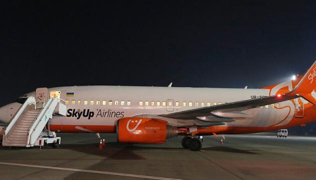 Гончарук и Криклий поблагодарили экипаж самолета, который эвакуировал украинцев из Китая