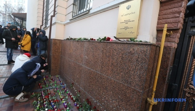 В Киеве возле посольства Ирана зажгли 176 свечей