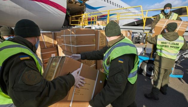 В Украину прибыл самолет с новой партией ПЦР-тестов и средств защиты