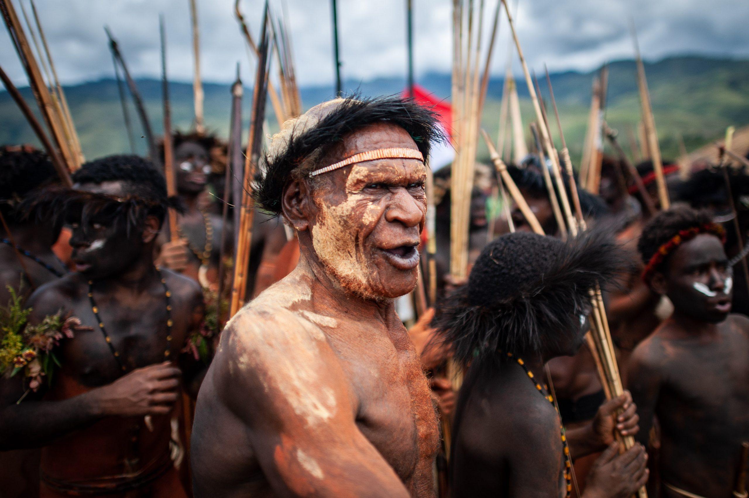 них, возможно, на фотографии австралийские аборигены добывают огонь зрительно